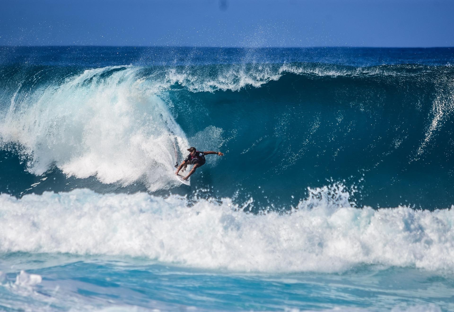 immagine uomo nel surf cavalca onda